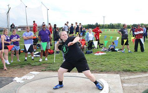 Junior Kelsey Heer breaks girls' discus record